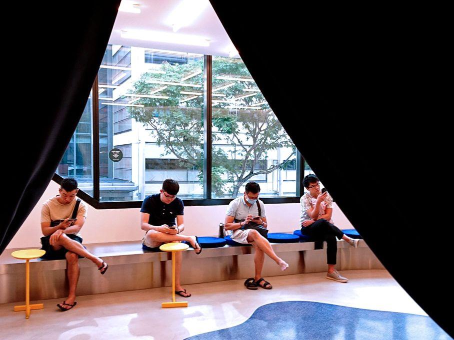 Men's waiting area in Love Bonito Funan op